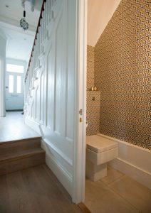 phòng tắm dưới gầm cầu thang